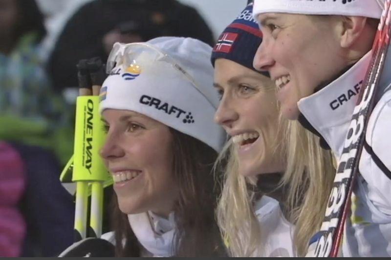 Glad trio i Ruka. Charlotte Kalla, Therese Johaug och Ida Ingemarsdotter. FOTO: SVT:s sändning.