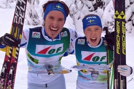 Svenskt jubel i Ylläs. Ulrik Nordberg och Tove Alexandersson åkte hem mixstafetten vid världscupen i skidorientering. FOTO: orientering.se.
