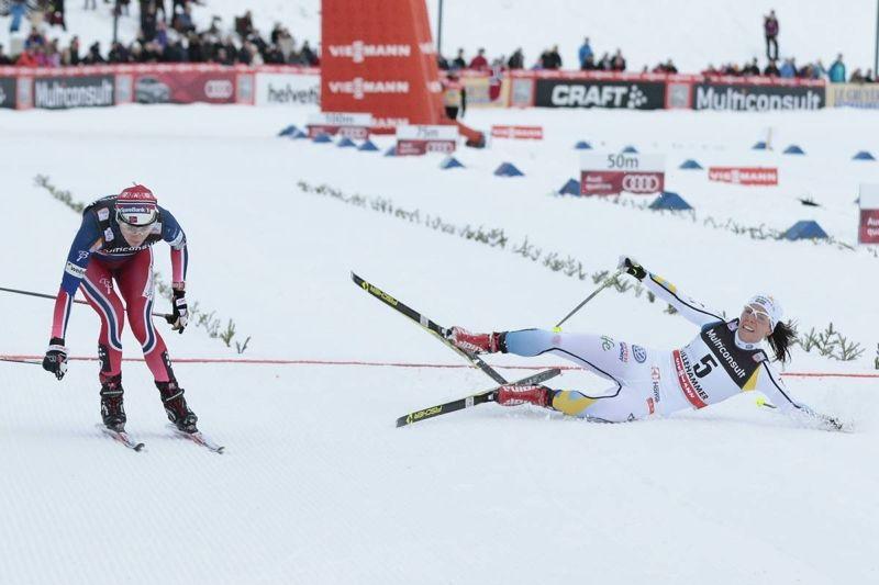 Tuff spurt mellan Heidi Weng och Therese Johaug där norskan tog andraplatsen precis före Charlotte. FOTO: Modica/NordicFocus.