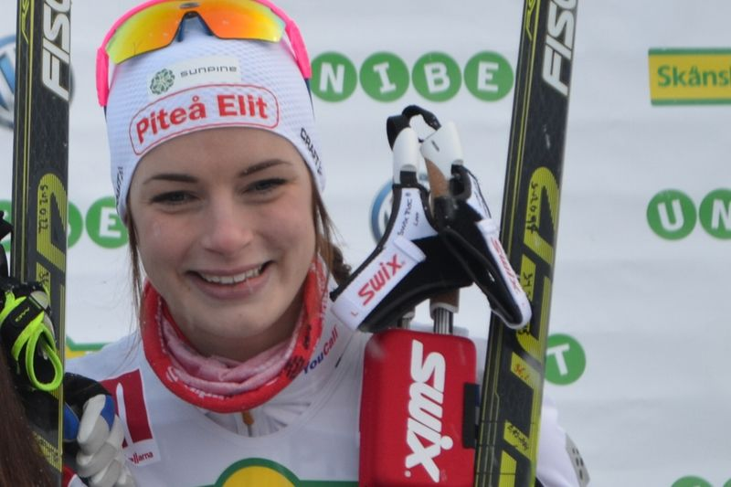 Sofia Henriksson vann tätt före Ebba Andersson vid Skandinaviska cupens masstart i Östersund. FOTO: Johan Trygg/Längd.se.