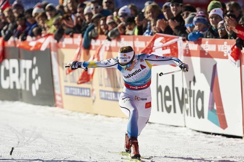 Stina Nilsson korsar mållinjen som etta på världscupsprinten i Davos. FOTO: Felgenhauer/NordicFocus.