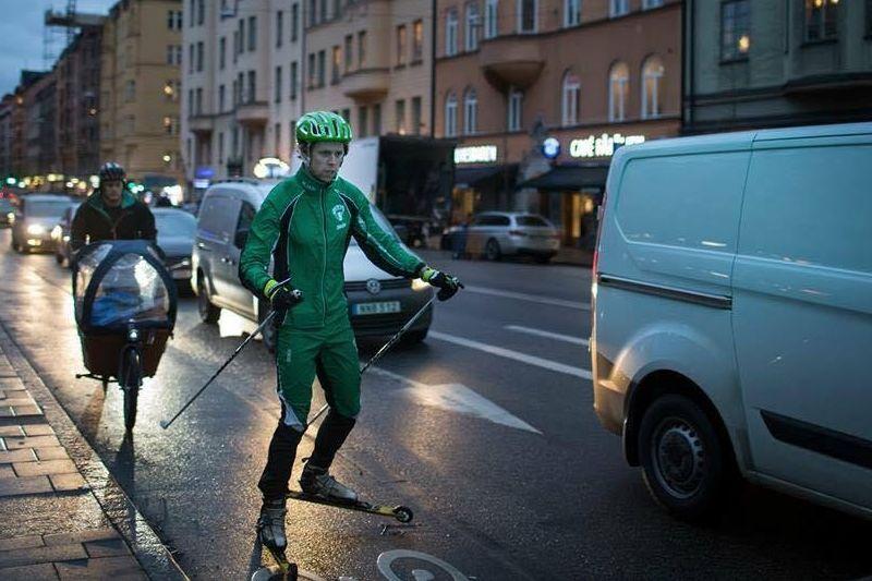 Adam Johansson rullar fram i fredagstrafiken på Söder i Stockholm på väg mot Linköping. FOTO: Skidhjälpen.