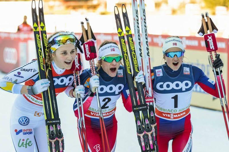 De här snabba tjejerna lär vi få se fler gånger på pallen i vinter. Stina Nilsson, Maiken Caspersen Falla och Ingvild Flugstad Östberg. FOTO: Modica/NordicFocus.