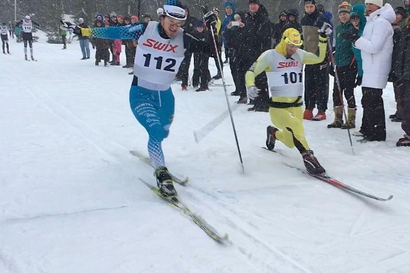 Långa benet före. Oskar Kardin vann Åre Swix Open med minsta möjliga marginal till Johan Kjölstad. FOTO: Åre Swix Open.