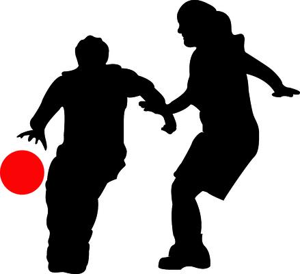 Silhuettbilde av to som spiller basketball.