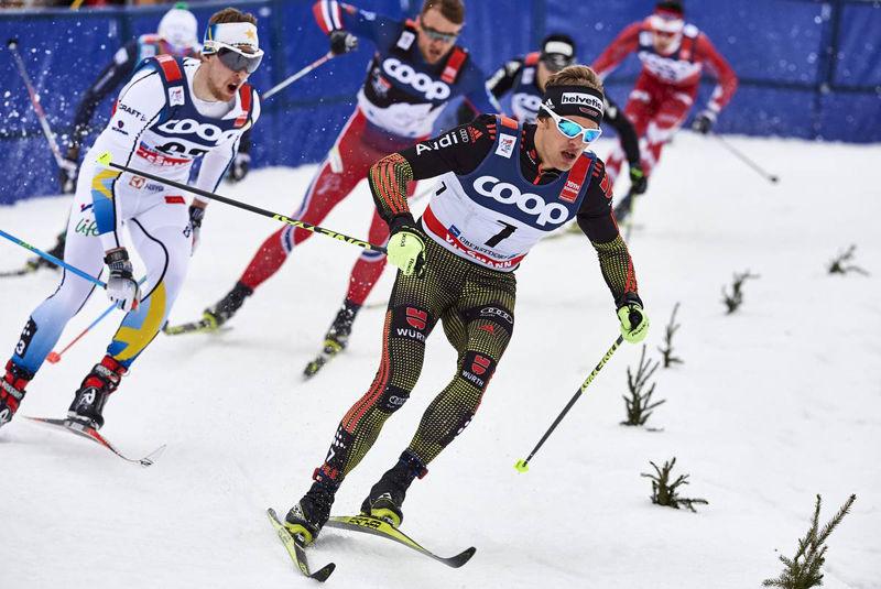 Carl Quicklund i kamp med Sebastian Eisenlauer och Petter Northug i kvartsfinalen. Carls bästa insats i skidspåret i vinter. FOTO: Felgenhauer/NordicFocus.