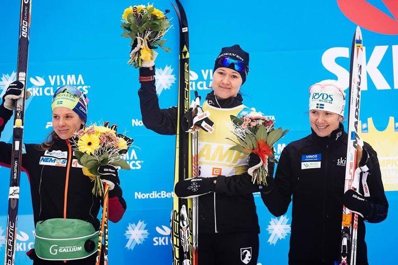 Britta Johansson är nu i topp på Vimsa Ski Classics efter dagens seger. Lina Korsgren till höger är trea och Sara Lindborg är fyra. FOTO: Visma Ski Classics.