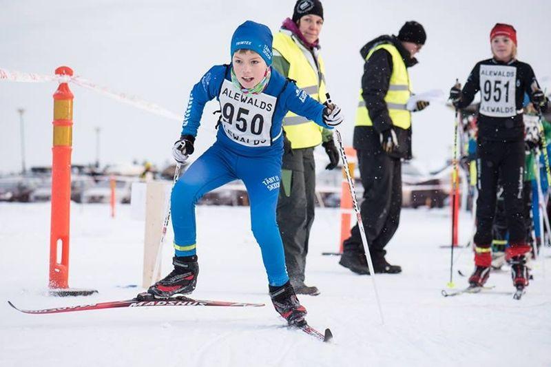 Många ungdomar tävlade på Stockholm/Sörmlands DM den gångna helgen. Här är det Oskar Strömblad, Täby IS som startar och Tobias Pettersson, Nacka Värmdö SK som står på tur. FOTO: Henrik Rådmark.