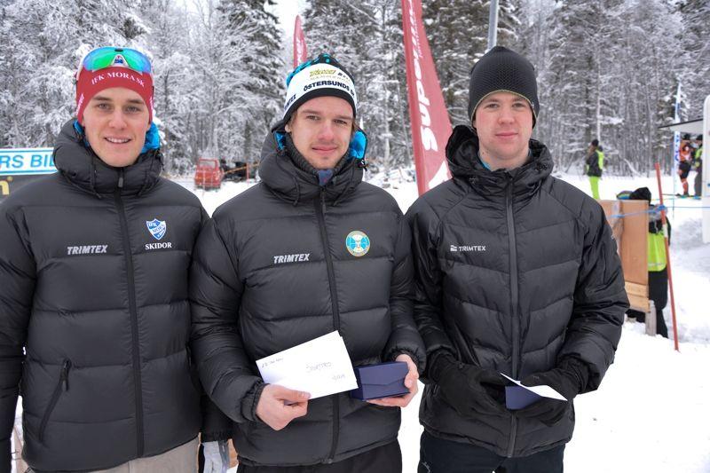 Topptrion i långloppsklassen Tåsjödalen Classic Ski. Från vänster tvåan Andreas Holmberg, IFK Mora SK 1:56:23, ettan Oskar Kardin, Östersunds SK, 1:53:32 och trean Johan Lövgren, Vännäs SK, 1:56:27. FOTO: Pernilla Gunnarsdotter Persson.