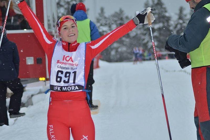 Johanna Hagström från Falköping blev tvåa på sprinten vid ungdoms-OS. Vann gjorde IFK Umeås Moa Lundgren. FOTO: Johan Trygg/Längd.se.