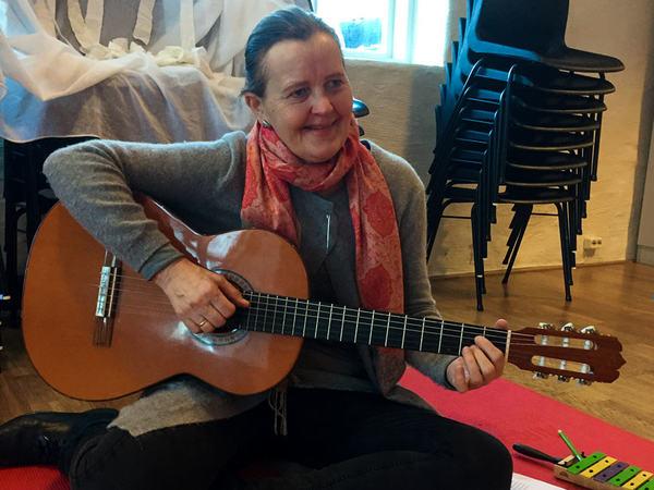 Musikkstund på Tusenbeinet åpen barnehage