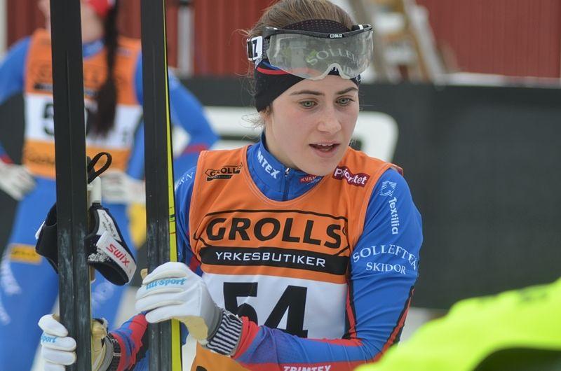 Knäoperation i morgon och därefter tre månaders rehabiliteringsträning väntar för Ebba Andersson. Här är Ebba efter vinters SM-silver i Piteå. FOTO: Johan Trygg/Längd.se.