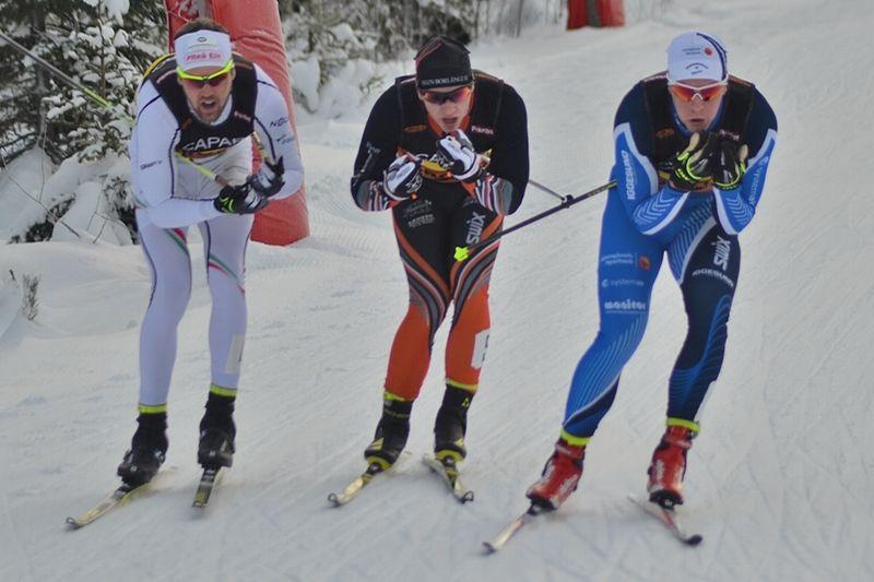 Det var en tät kamp mellan Jesper Modin, Anton Hedlund och Anton Lindblad på slutsträckan av SM-stafetten. Lindblad var starkast och grejade guldet till Hudiksvalls IF. FOTO: Johan Trygg/Längd.se.