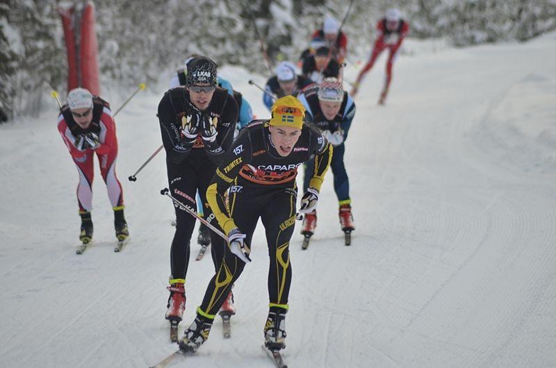Viktor Thorn, Ulricehamns IF drar närmast före Marcus Hellner, Gellivare Skidallians på SM-stafettens förstasträcka. FOTO: Johan Trygg/Längd.se.