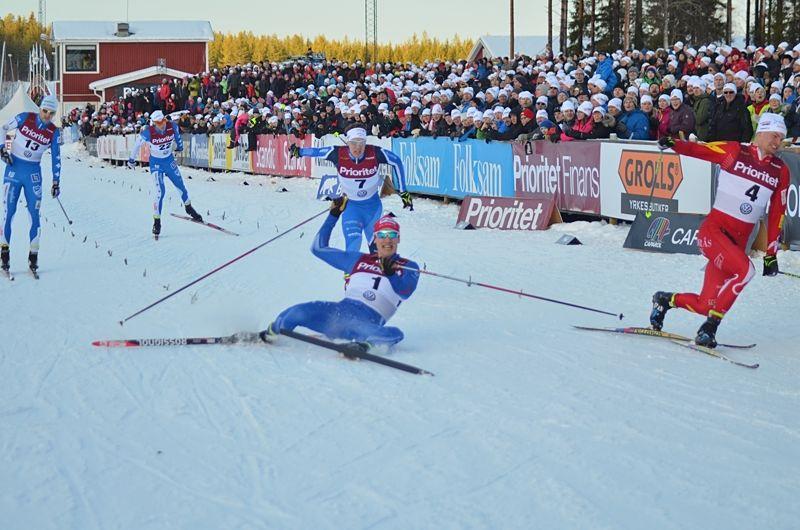 Karl-Johan Westberg till höger kastade sig över mållinjen precis före Johan Edin. Trean Carl Quicklund utanför bild till vänster. FOTO: Johan Trygg/Längd.se.