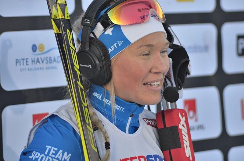 En glad Jonna Sundling intervjuas i SVT efter sprintguldet. FOTO: Johan Trygg/Längd.se.