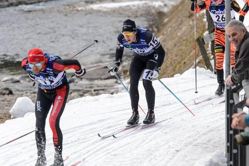 Fredrik Byström, här i rygg på slutsegraren Tord Asle Gjerdalen under Marcialonga i söndags, missar helgen Ski Classics lopp. Så gör också tre av hans teamkompisar. FOTO: NordicFocus.