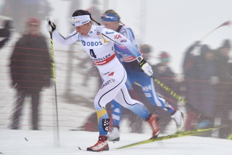 Charlotte Kalla här tillsammans med slutliga trean Anne Kyllönen under Holmenkollens tremil. FOTO: Felgenhauer/NordicFocus.