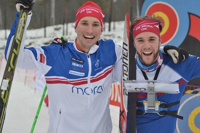 Guldglädje för moraduon Daniel Svensson och Linus Rapp efter seger i SM-stafetten i skidorientering. FOTO: Johan Trygg/Längd.se.
