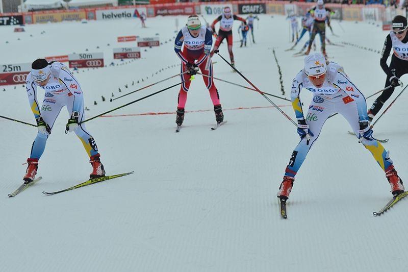 Charlotte Kalla och Maria Rydqvist strax efter mållinjen där de passerade som sjua och femma. En glad dag för Maria och en tuff för Charlotte. Idrotten är grym. FOTO: Johan Trygg/Längd.se.