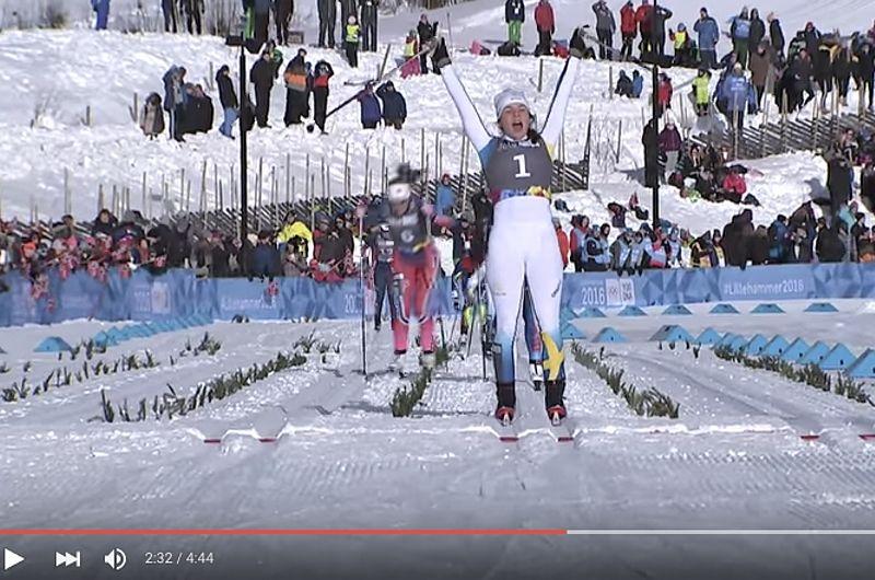 Johanna Hagström korsar mållinjen som etta på sprinten vid ungdoms-OS i Lillehammer. FOTO: Video Youth Olympic Games in Lillehammer.