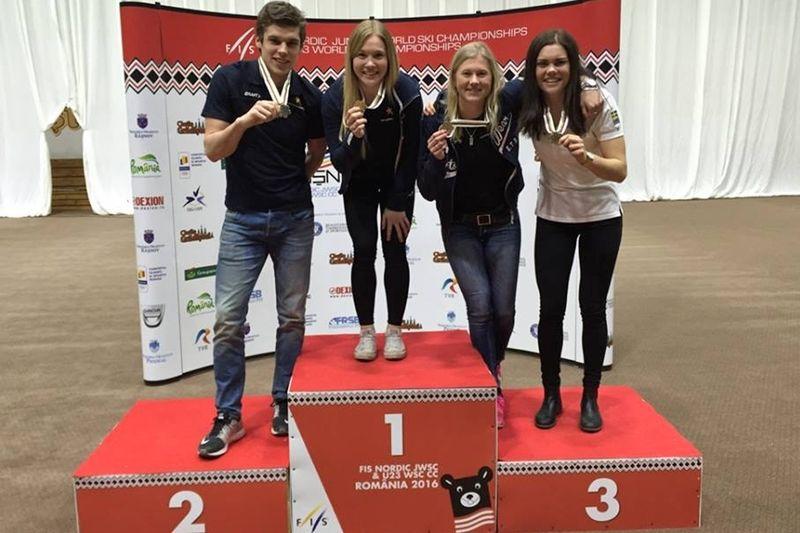 De svenska medaljörerna första dagen på JVM/U23-VM i Rumänien. Från vänster Karl-Johan Dyvik, Jonna Sundlin, Maja Dahlqvist och Jenny Solin. FOTO: Svenska skidförbundet.