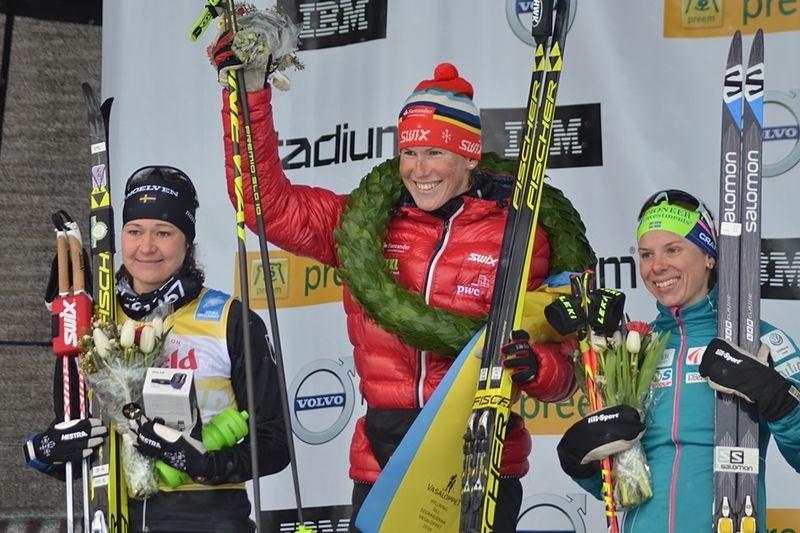Det var trångt på upploppet när Britta Johansson Norgren, Katerina Smutná och Lina Korsgren skulle göra upp om segern och några herråkare var i vägen. FOTO: Johan Trygg/Längd.se.