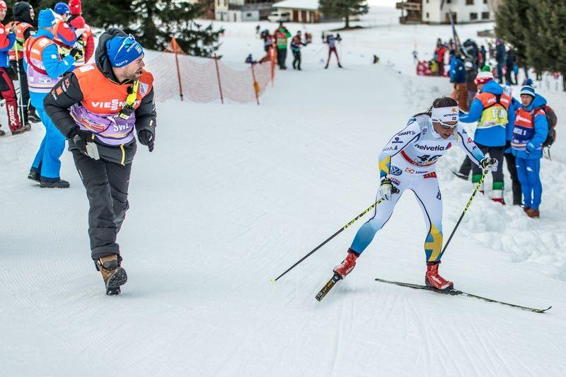Rikard Grip berättar sina tankar kring ledarskap. Här matchar Rikard fram Charlotte Kalla. FOTO: Thule.