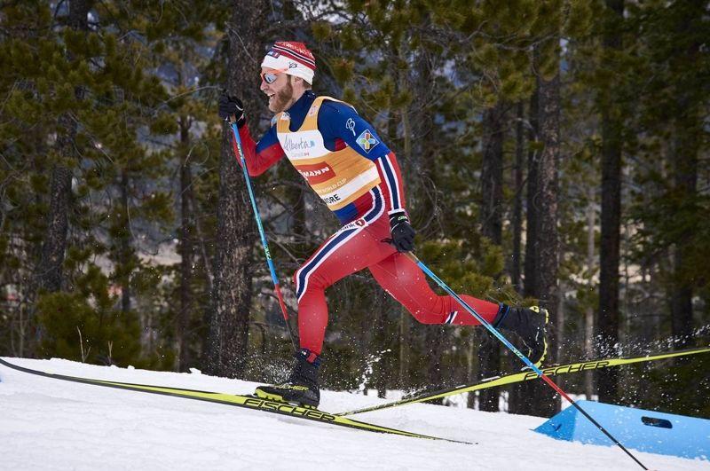 Martin Johnsrud Sundby tog hem skiathlon-loppet i Canmore närmast före tourledaren Sergey Ustiugov. FOTO: Felgenhauer/NordicFocus.
