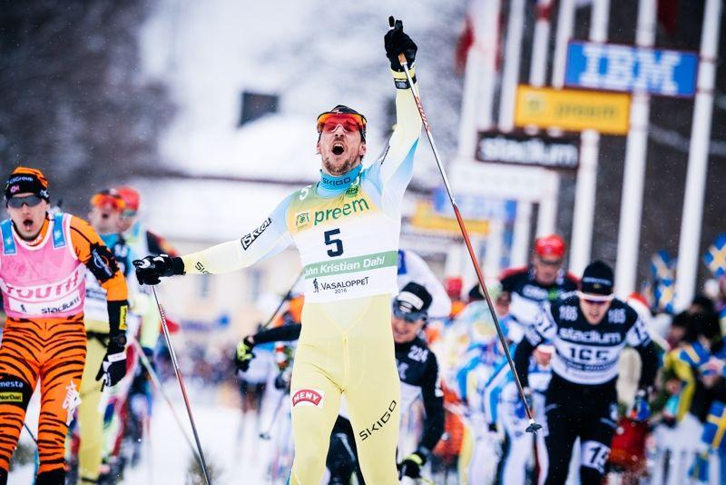 John Kristian Dahl jublar på Vasaloppets mållinje. 10 april åker Dahl 22 mil långa Nordenskiöldsloppet. FOTO: Magnus Östh.