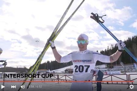 Viktor Brännmark sträcker händerna i vädret efter dagens seger vid sprinten i Torsby. FOTO: Video JSM/SK Bore.