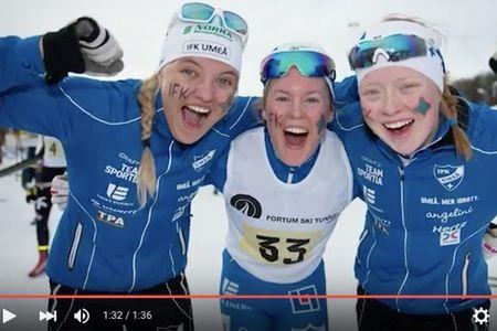 Linn Svahn, Elina Rönnlund och Ida Gustafsson jublar efter guldet i JSM-stafetten. FOTO: Video JSM/SK Bore.