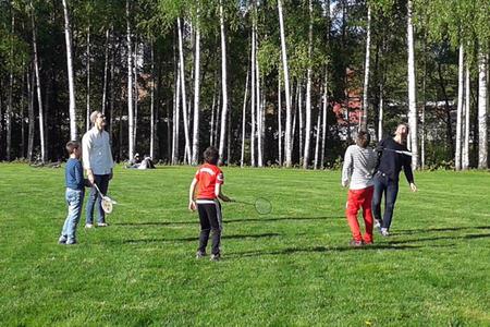 Ungdommer som spiller badminton