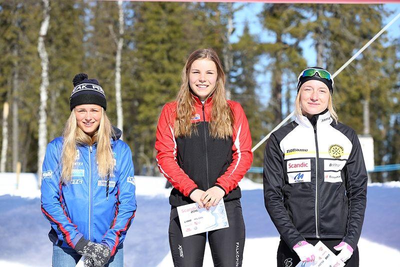 D 17-18-pallen med tvåan Frida Karlsson, Sollefteå Skidor IF, ettan Johanna Hagström, Falköpings AIK SK och trean Emma Larsson, Kvarnsvedens GOIF SK. FOTO: SM Gällivare.