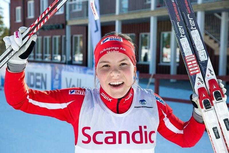 En glad Johanna Hagström i mål som överlägsen segrare. FOTO: Michael Renström, Imega Promotion.