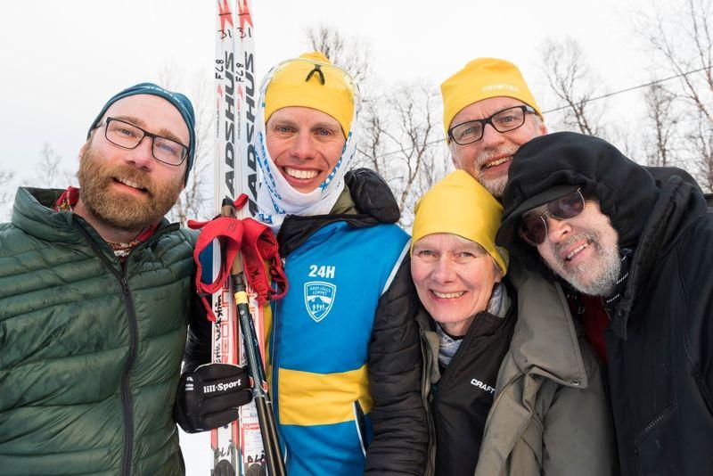 Erik Wickström slog världsrekord på 24-timmarsskidåkning för en veckan sedan. Här är Erik tillsammans sitt supportgäng. FOTO: Magnus Östh.
