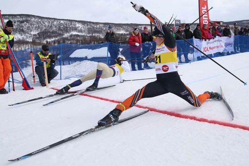 Spektakulär målgång när Hugo Jacobsson, Falun Borlänge slog ut Emil Johansson, IK Jarl Rättvik i första heatomgången. FOTO: Jocke Lagercrantz.