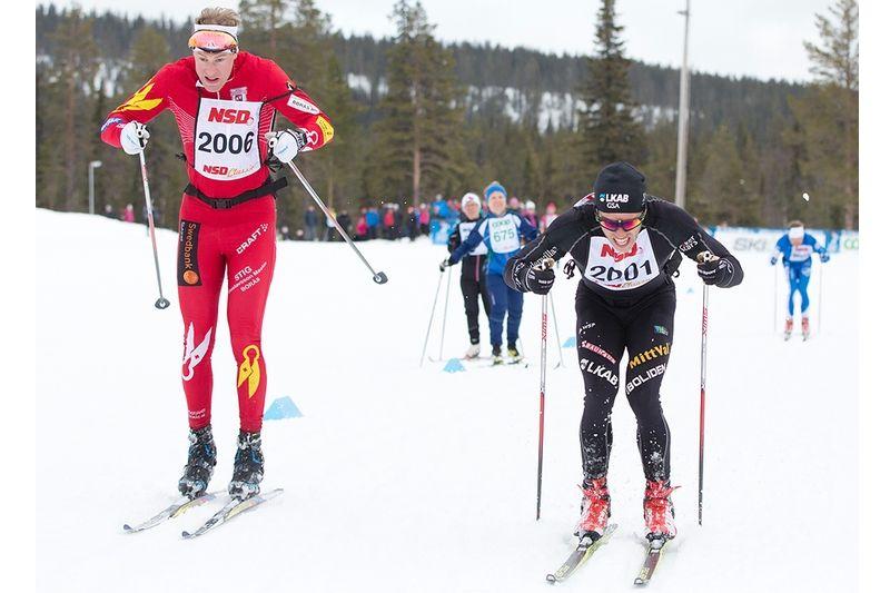 Det blev en härlig fight in på mållinjen mellan Borås SK:s Gustav Nordström och hemmaåkaren Marcus Hellner, Gellivare Skidallians i Dundret Runt. Hellner vann till slut med fyra tiondelar. FOTO: Michael Renström Imega Promotion.
