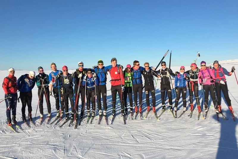 Längdåkarna och skidorienterarna i årskurs 3 och 4 vid Mora Gymnasium under utmaningen Storfjäten Extreme Marathon. Här vid Vedungsfjällen efter cirka två mil av tio. FOTO: Kalle Björkman.