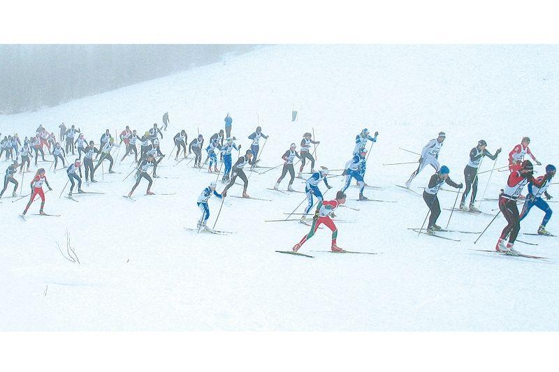 Starten har gått för Vittjåkk Runt. In i dimman (den faktiska) åker över 100 åkare från elit till barn. FOTO: Vittjåkk Runt.