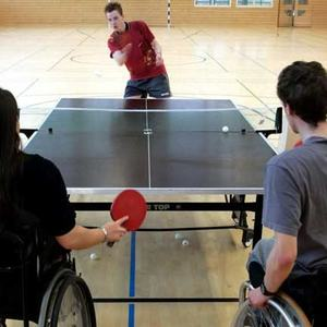 Bilde av ungdommer i rullestol som spiller bordtennis