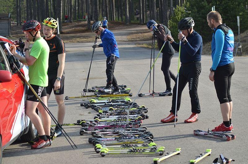 Full fart på testandet av rullskidor under tisdagskvällen i Mora. FOTO: Johan Trygg/Längd.se.