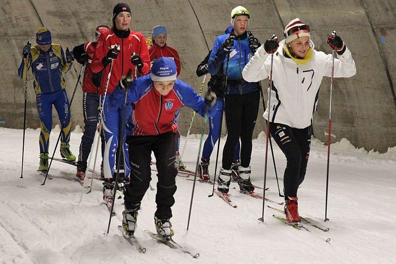 Stina Nilsson, till höger i bild, började sin skidkarriär på Torsby sommarskidskola. Sedan valde hon att gå gymnasium på orten. FOTO: Leif Skogsberg.