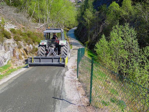 Traktor gruser Hellviksveien