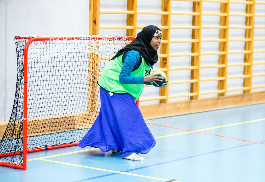 Bilde av en jente kledd i hijab som er keeper