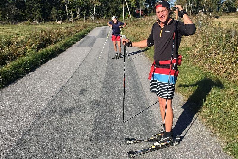 Tävlingsledaren David Holmström under förra sommarens teståkning av banan för Rullskidgalejet. Det nya loppet går på fina små asfalterade vägar genom Roslagens famn. FOTO: Rullskidgalejet.