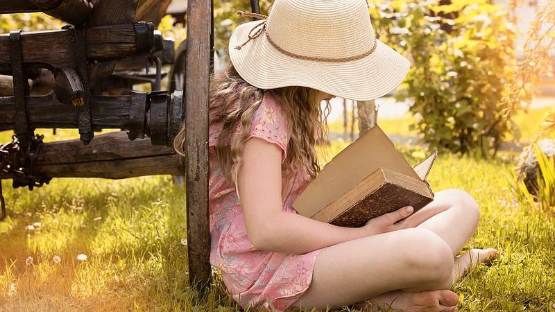 Jente leser bok