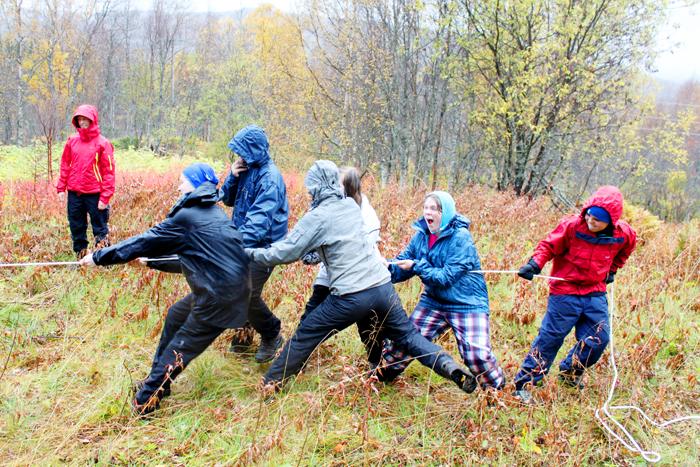 Bilde av barn som er med på tautrekkingskonkurranse