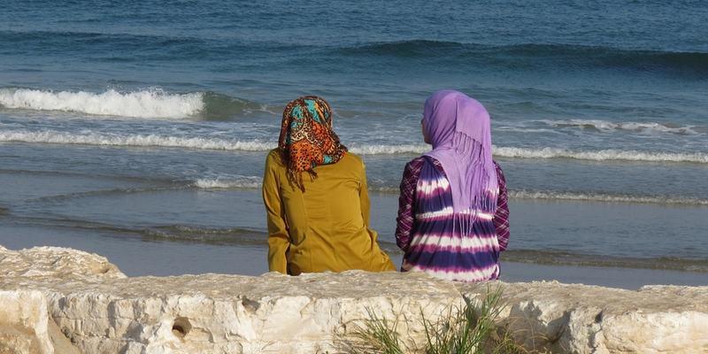 Kvinner ved sjøen