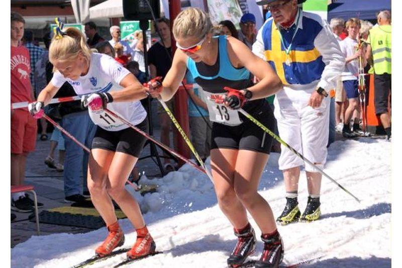 IFK Moras Ida Dahl och Boxholms-Ekebys Karin Pettersson drar iväg på ett av heaten under Nationaldagssprinten i Mjölby. FOTO: Sya SK.